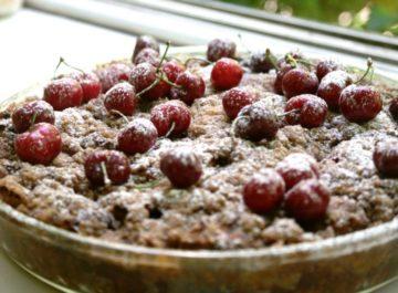 מאפה של פרנץ טוסט עם קינמון ותפוחי עץ מקורמלים – כי זה טעים בדיוק כמו שזה נשמע