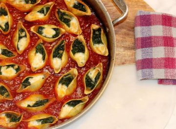 קונכיות פסטה ממולאות ברוטב עגבניות