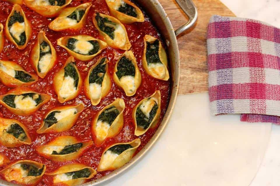 קונכיות פסטה ממולאות רוטב עגבניות