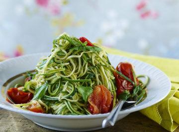 ספגטי זוקיני עם עגבניות צלויות ונענע