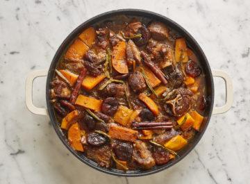 עוף צלוי ממולא בשפונדרה, טלה בחבושים – רעות עזר מבשלת לנו ראש השנה