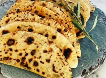 לחם שטוח ממולא בירוקים וגבינה
