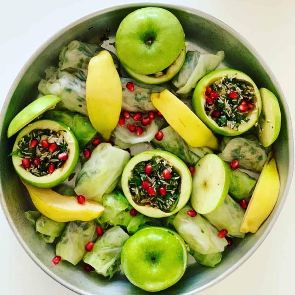 ממולאים טבעוניים של תפוחי עץ ירוקים, כרובים וחבושים