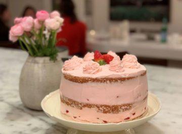 עוגת תותים שכבות וקצפת