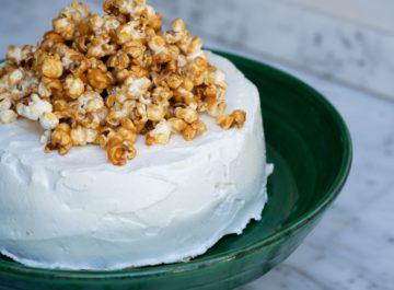 עוגת גבינה אפויה עם פופקורן קרמל מלוח