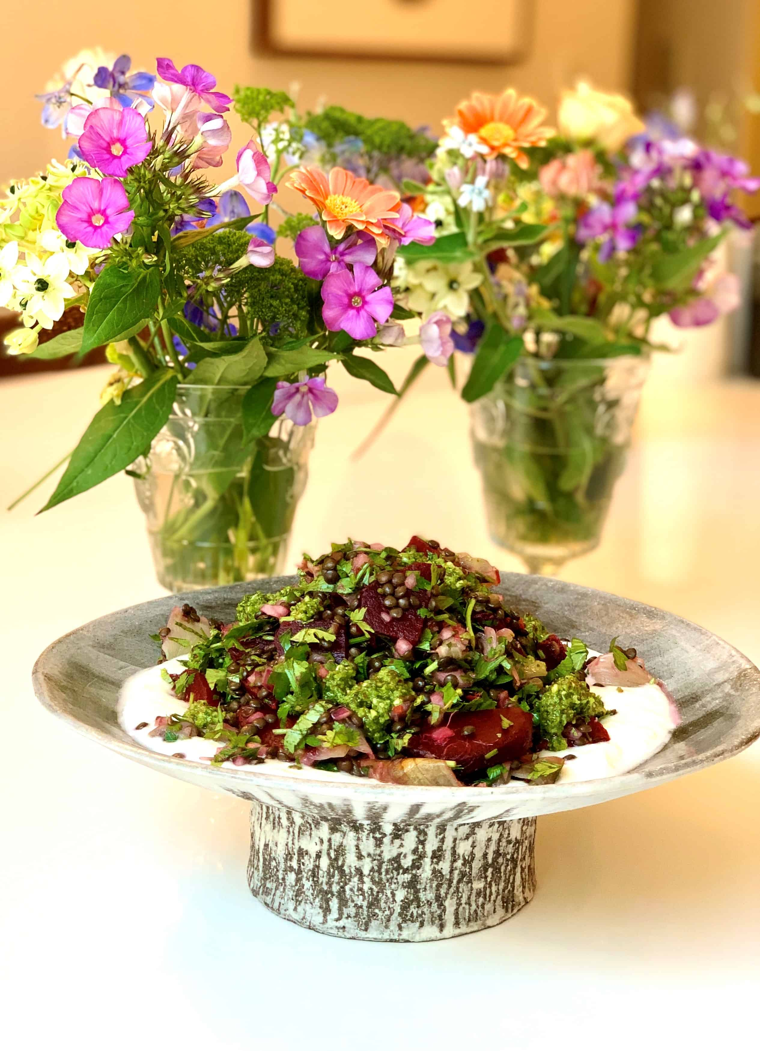 סלט עדשים שחורות עם רוטב פסטו שקדים