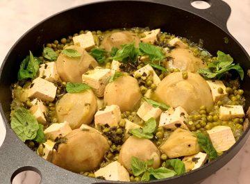 טופו עם תבשיל טבעוני של ירוקים