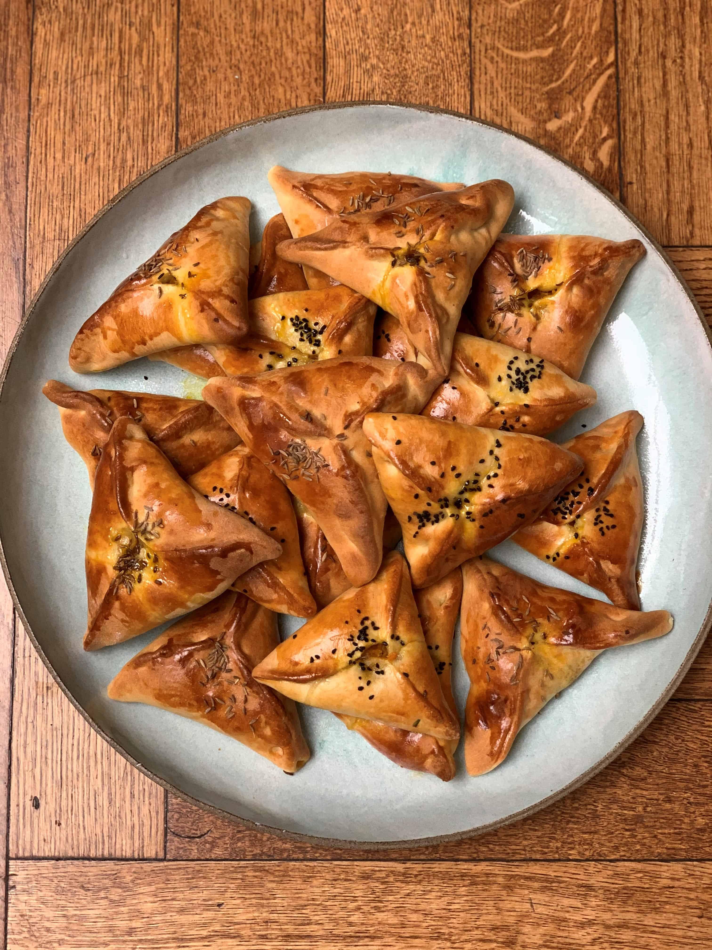מאפים בוכריים – ביצ'ק טבעוני אפוי, בליצ'י מטוגן ממולא בריבת בצל