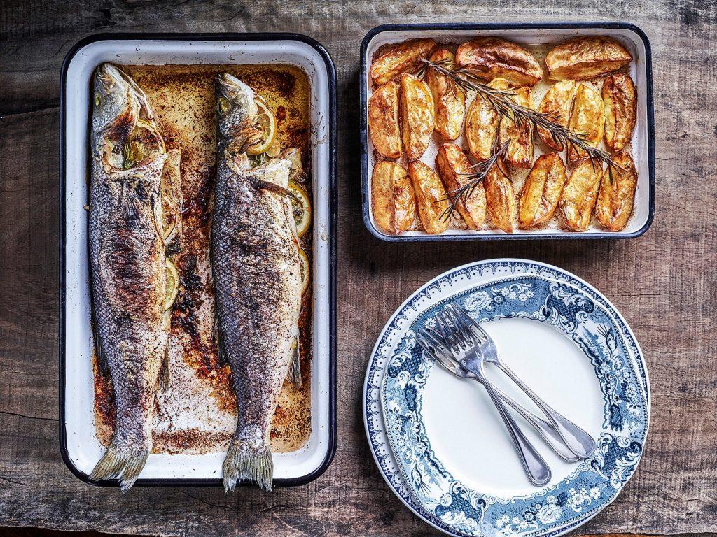דגים שלמים צלויים עם תפוחי אדמה פריכים בתבנית אחת