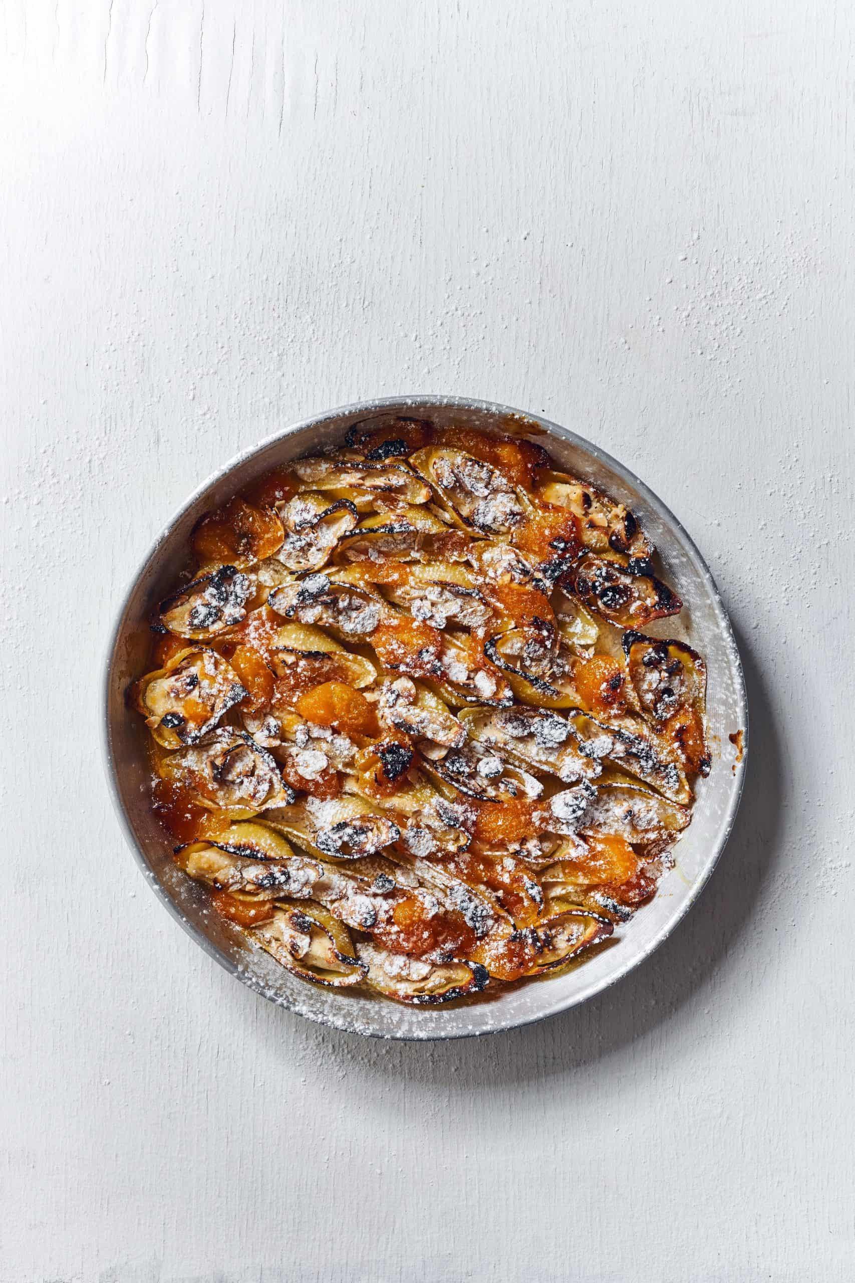 קונכיות פסטה ממולאות בעוגות ריקוטה שקדים ומשמשים צלויים