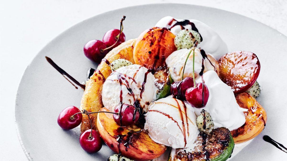 פירות צרובים עם גלידה וקצפת