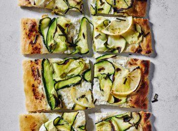 פיצה עם פרוסות של זוקיני ולימון