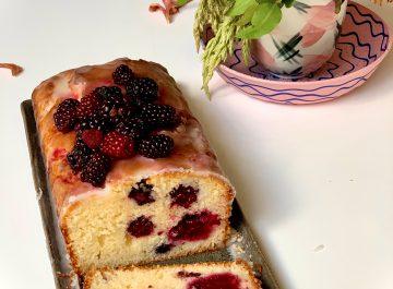 עוגת פטל בחושה עם יוגורט ומי ורדים