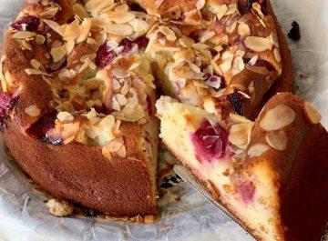 עוגת וניל בחושה עם גבינה פירות ושקדים