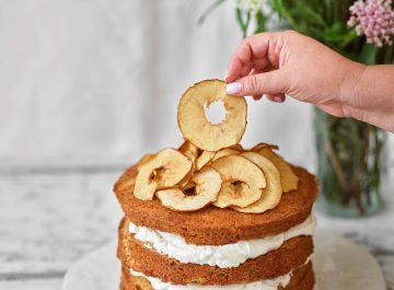 עוגת קומות תפוחים בחושה, קרם ג'ינג'ר וכתר של תפוחי עץ מיובשים